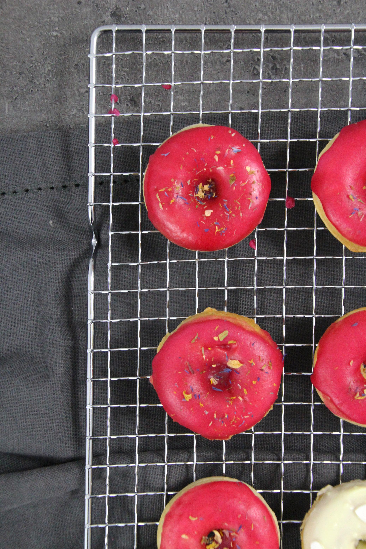 Vanille-Donuts mit Zitronenglasur und Zuckerperlen