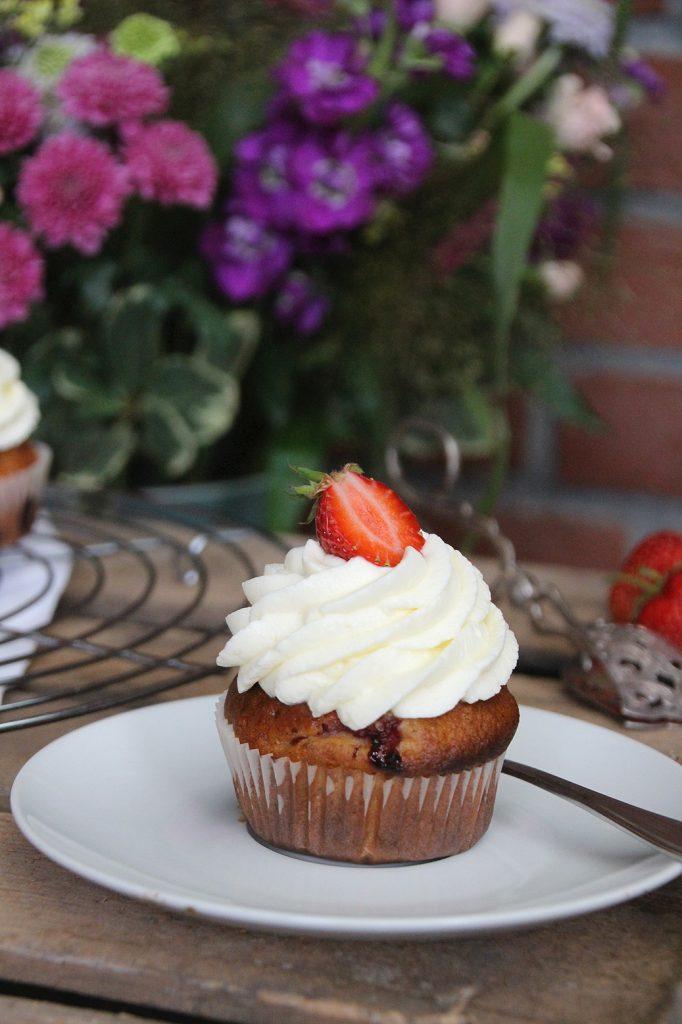 Erdbeercupcakes mit Zitronen-Frischkäsefrosting