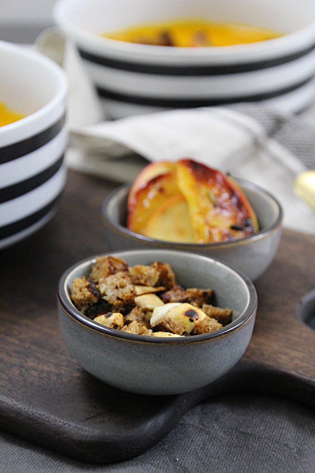 Kürbis-Cheddarsuppe mit Croutons und karamellisierten Äpfeln