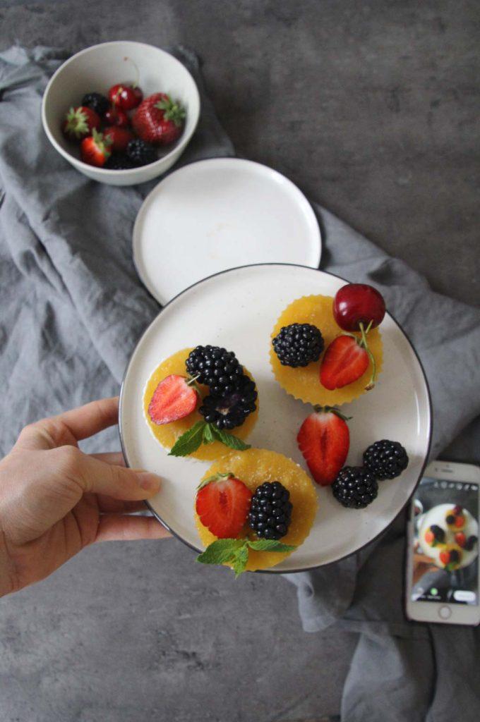 Protein-Eistörtchen mit Mango, griechischem Joghurt und frischen Beeren