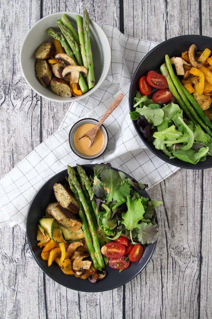 Sommersalat mit Grillgemüse, vegetarischer Bratwurst und würzigem Lein-Paprika-Chilidressing