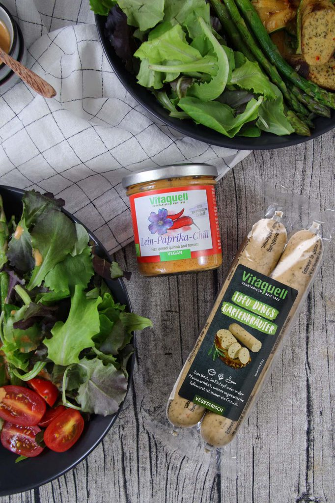 Vitaquell Sommersalat mit vegetarischer Bratwurst und Lein-Paprika-Chilliauftsrich