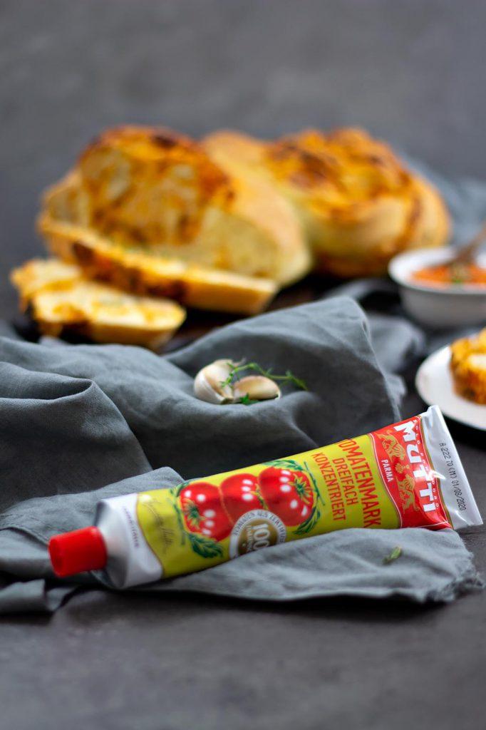 Hefezopf mit Tomaten-Thymianbutter und dem MUTTI-Tomatenmark