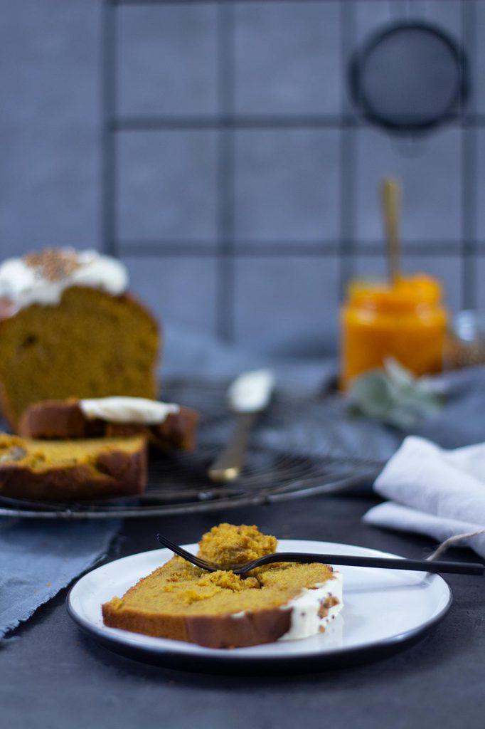 Gesünderer Kürbiskuchen mit Frischkäsefrosting ohne raffinierten Zucker