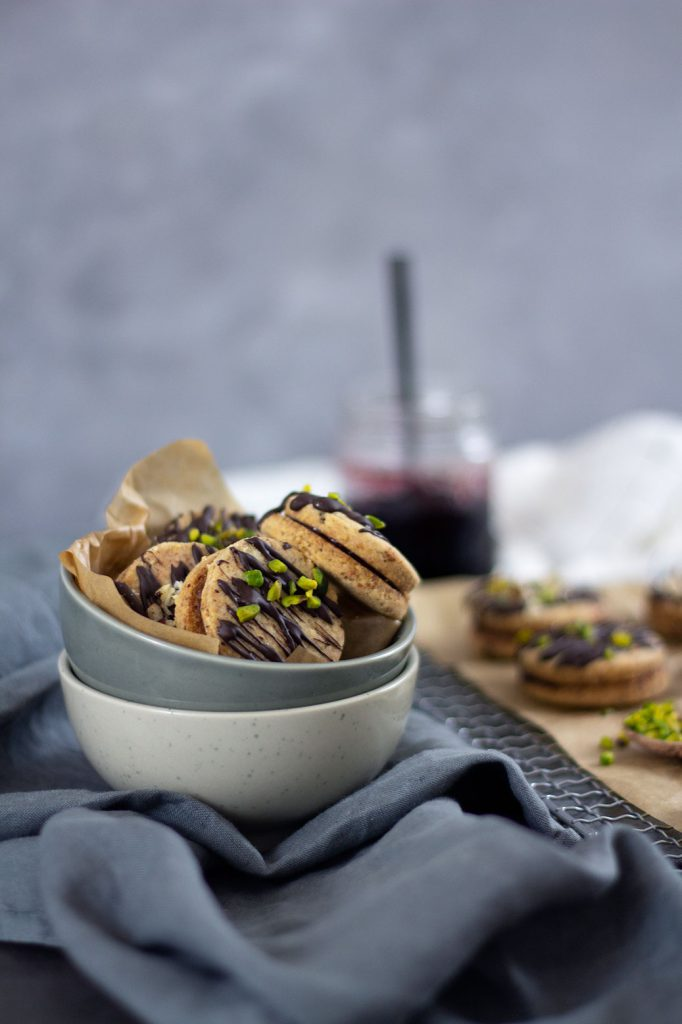 Weihnachtsbäckerei – Rezept für Haselnusskekse mit Marmeladenfüllung
