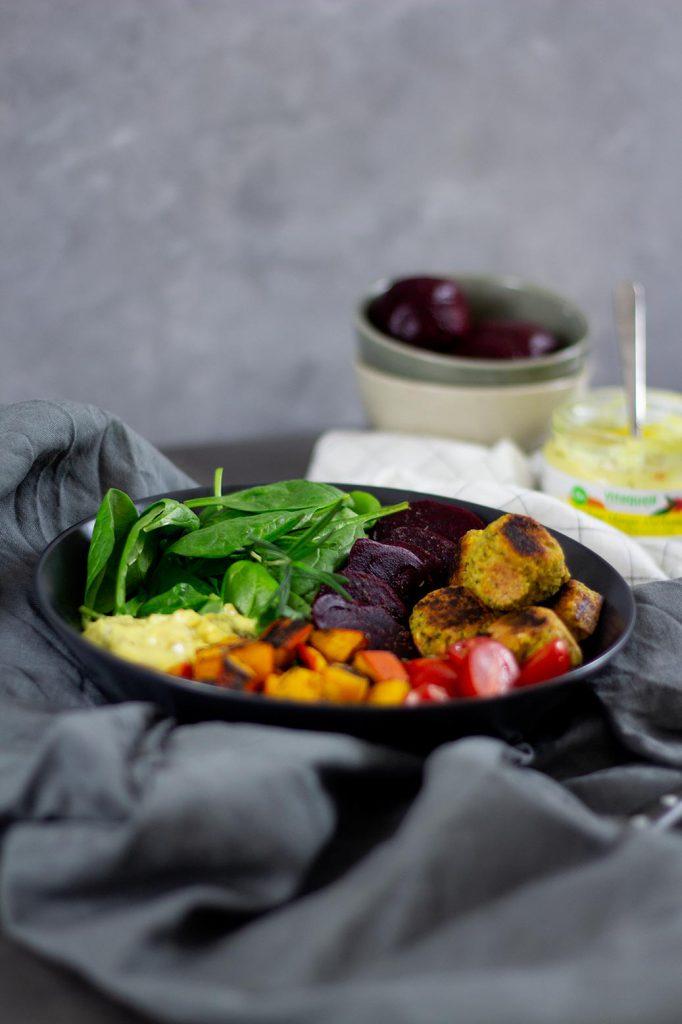 Rezept für Falafel-Bowl mit Spinat, Kürbis und Mango-Kurkumasalat
