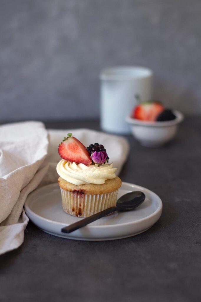 Rezept für vegane Erdbeercupcakes mit Vanillebuttercreme