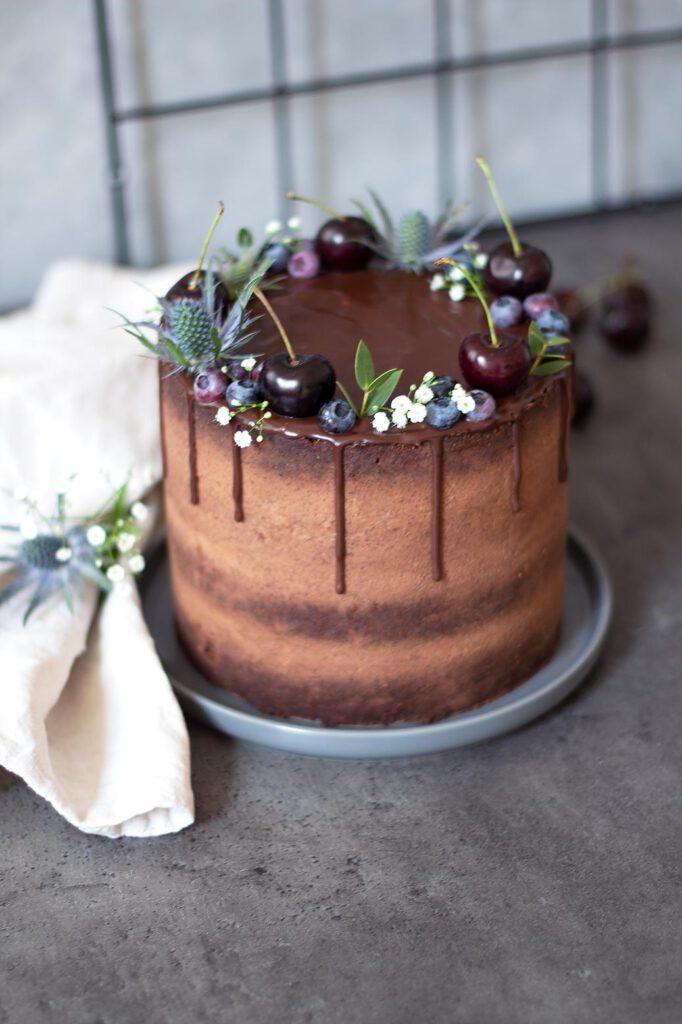 Rezept für Espresso-Schokotorte mit Schokoladendrip und frischen Früchten