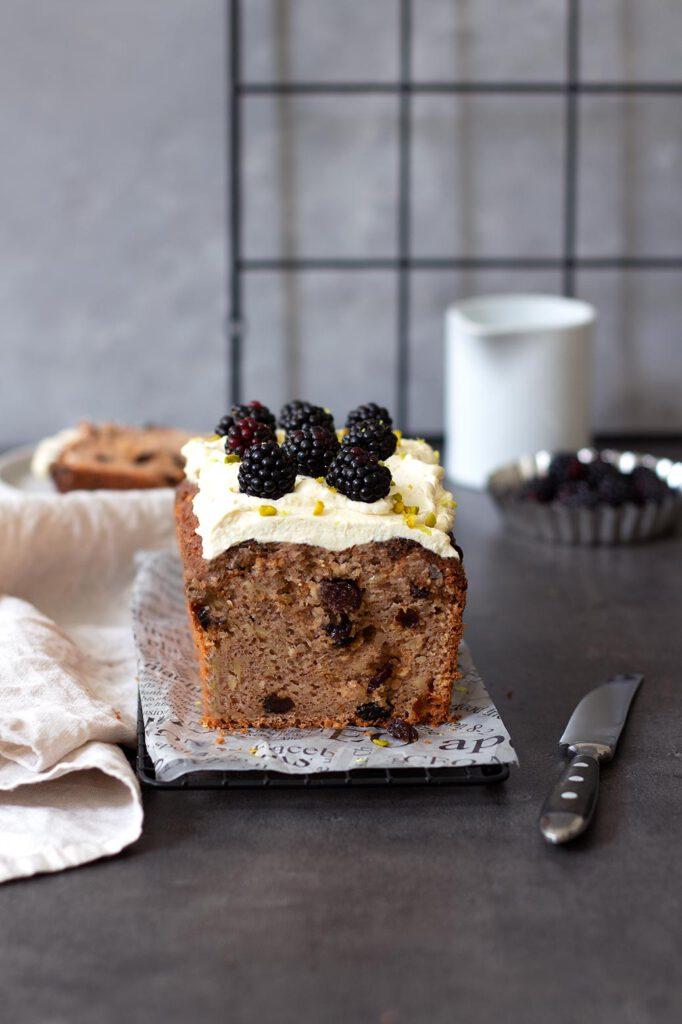Zuckerfrei backen: Rezept für Pastinakenkuchen mit Rosinen und Frischkäsefrosting