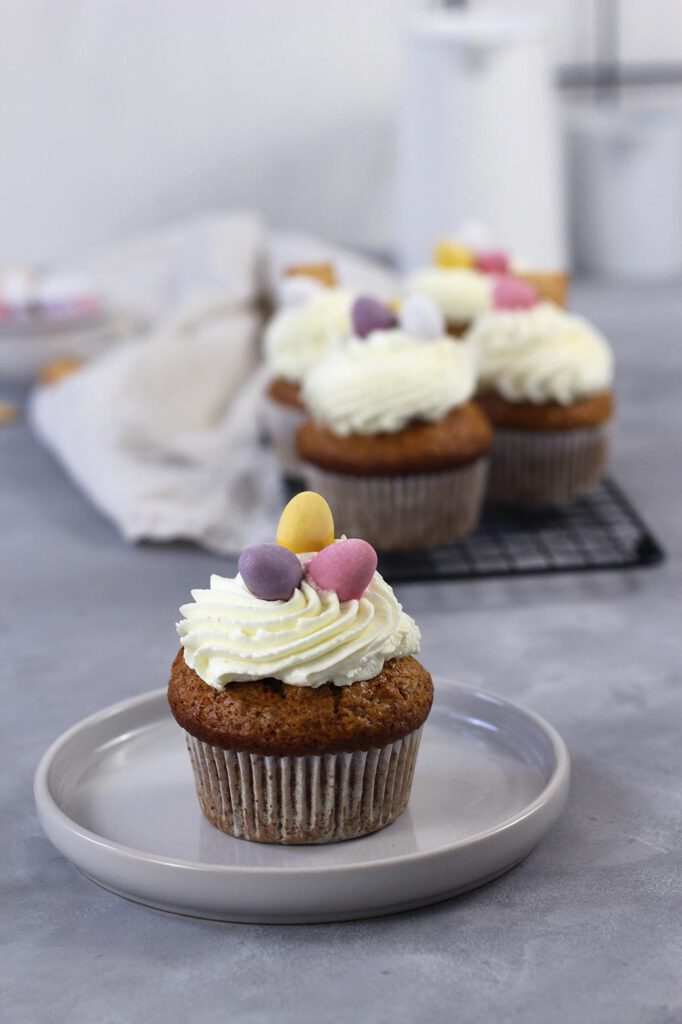 Backen zu Ostern: Carrot Cake Muffins mit Frischkäsefrosting