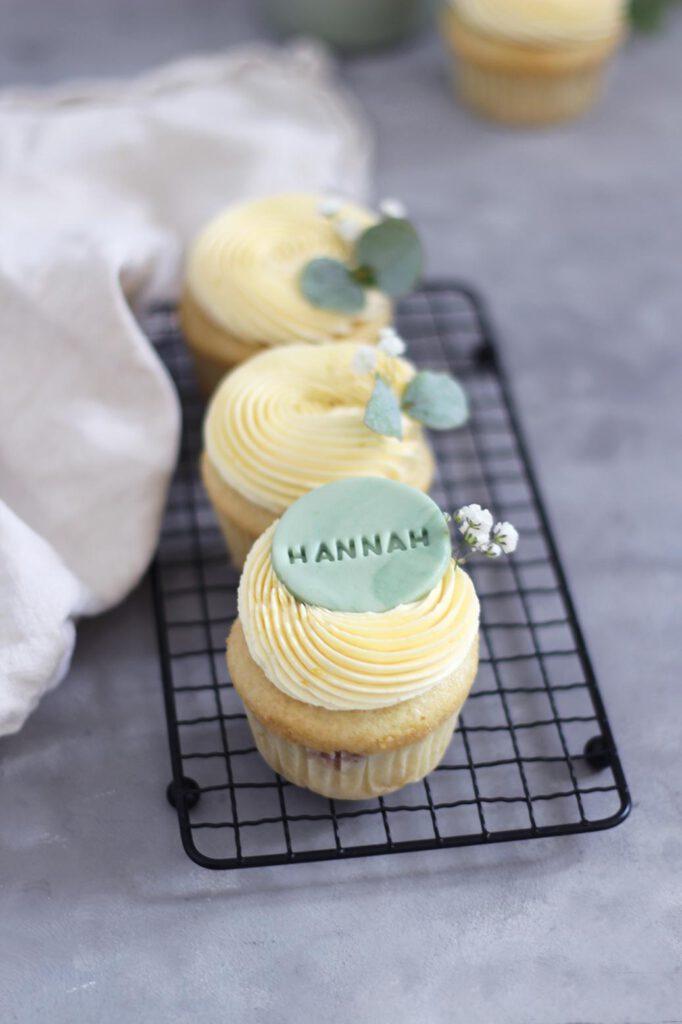 Rezept für vegane Vanille-Beerencupcakes mit Mango-Maracujafrosting